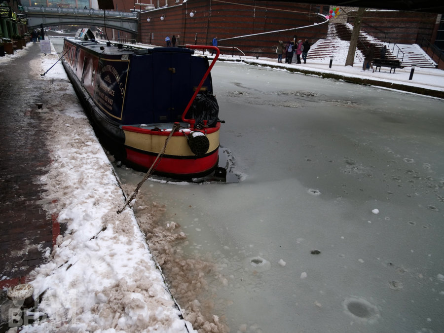 20+ photos of Birmingham's canals all frozen over!