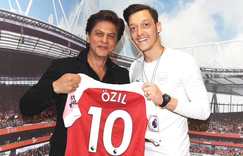 WHUT? Shah Rukh Khan actually met up with Mesut Özil in London