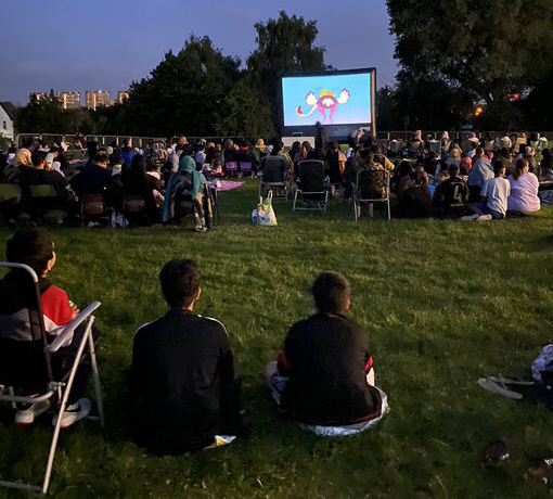 Crowds sit in Georges Park to watch The Lion King